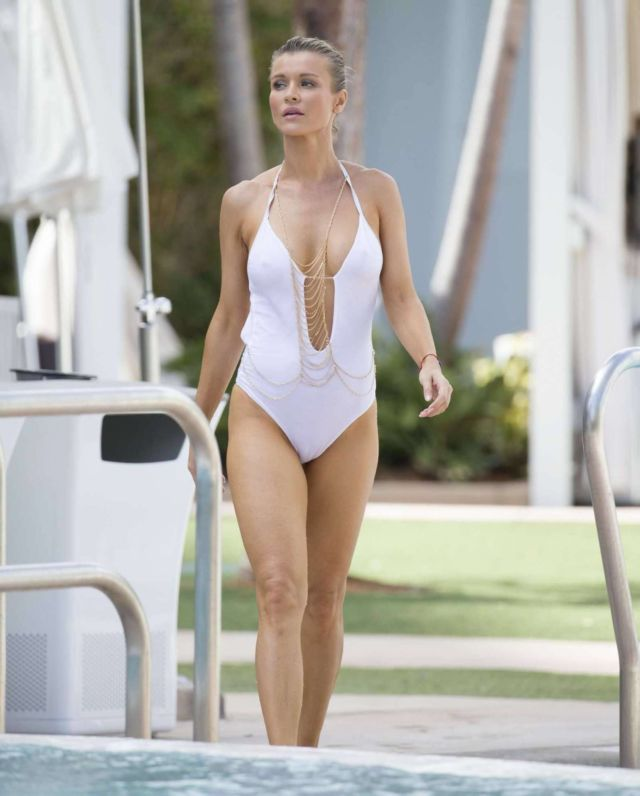Gorgeous Joanna Krupa In A White Swimsuit At A Swimming Pool In Miami